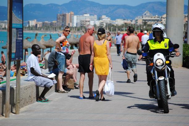 Palmas Lokalpolizei setzt verstärkt Motorradstaffeln an der Playa de Palma ein.