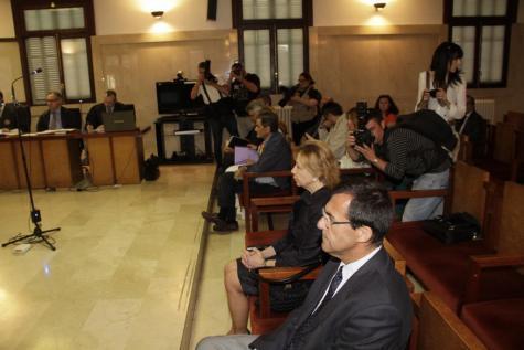 Maria Antònia Munar und Miquel Nadal auf der Anklagebank beim Prozessauftakt im Gerichtssaal in Palma.