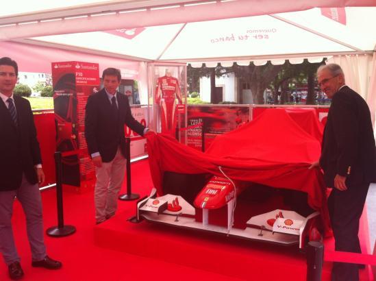 Bürgermeister Mateo Isern (links) bei der Enthüllung des Ferrari am Freitagmittag.
