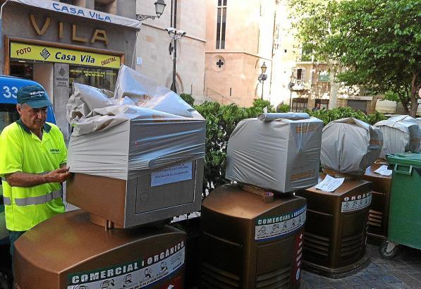 Tüte drüber statt rein: Momentan können die modernen Müllcontainer nicht benutzt werden.