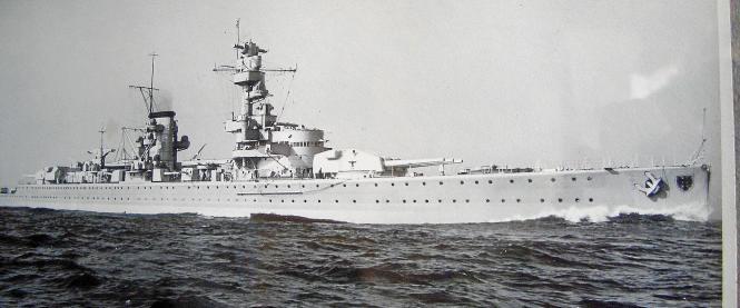"""Das Panzerschiff """"Deutschland"""" auf einem offiziellen zeitgenössischen Foto. Der Schwere Kreuzer war während des Spanischen Bürge"""