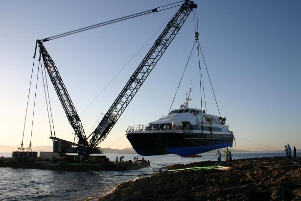 Der Spezialkran kann bis zu 120 Tonnen heben.