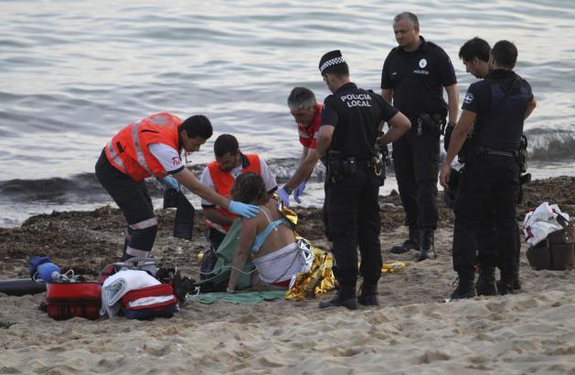 Notärzte versuchen, die von einem Volleyball getroffene Brasilianerin wiederzubeleben.