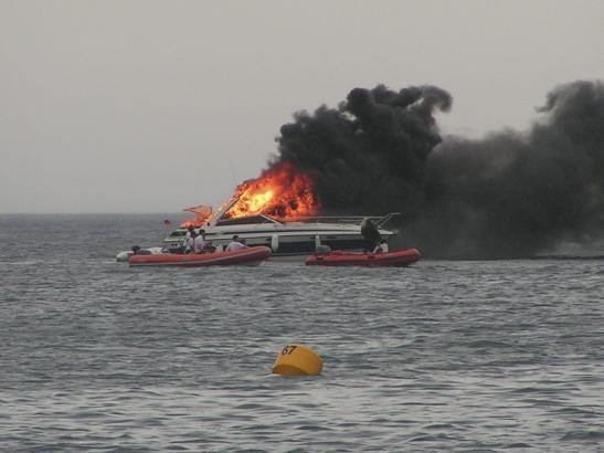 Die brennende Motoryacht kurz vor dem Untergang.