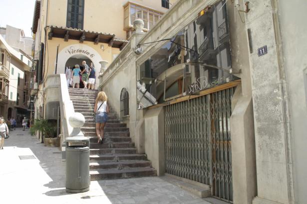 Palmas Altstadtgasse Cuesta de Santo Domingo, gleich beim Rathausplatz. Rechts im Bild, hinter dem geschlossenen Metallgitter, s