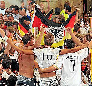Stimmung wie zu Hause, nur mit Meer: So feierte die Playa bei der WM 2010.
