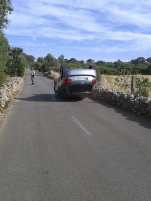 Landstraße bei Santa Eugènia: Das Auto eines unter Alkoholeinfluss fahrenden Pfarrers kam auf dem Dach zum Liegen.