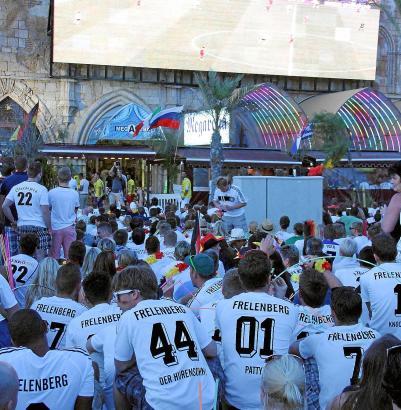 Gut gefüllt: Die Außenleinwand am MegaPark kam nicht nur bei den deutschen Fans gut an.
