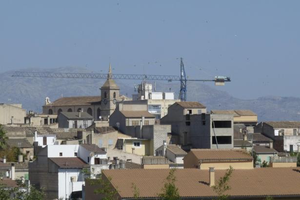 Der Baukran überragt sogar den Kirchturm des Ortes.