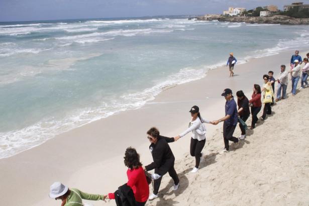 Mehrere Hundert Umweltschützer protestierten im April mit einer Menschenkette am Strand von Es Trenc.
