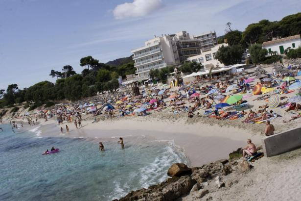 Das herrliche Sommerwetter lockt tausende Urlauber und Residenten an Mallorcas Strände, wie hier in Cala Rajada.