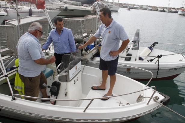 Biel Company inspiziert eines der Boote.