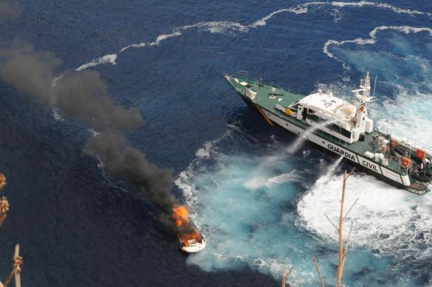 Der Brand konnte schnell gelöscht werden, das Boot sank dennoch.