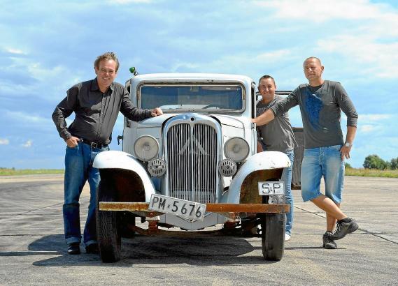 Jetzt wird erstmal restauriert: Dirk Mutters (l.) mit seinen polnischen Mechanikern.