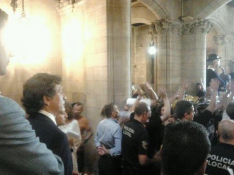 Polizisten versperren Demonstranten den Zugang in der Vorhalle des Rathauses. Links im Bild: Bürgermeister Mateo Isern.