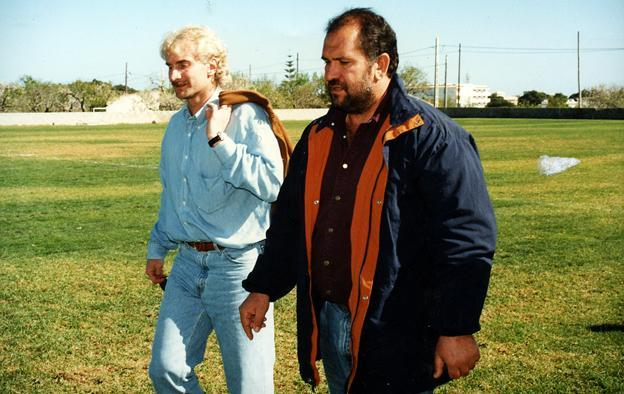 Erste Platzbesichtigung, Anfang 1997: Völler mit Andrés Vives, Chef des Clubs Can Simó in Cala Millor, wo sich die Fußballschule
