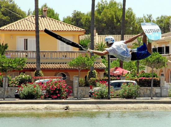 Auch so kann es aussehen: Nacho Cerdán hebt nach dem Sprung über die Rampe ab und landet danach wieder sicher auf dem Wasser.