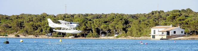 Eine Hommage an den Flugpionier Ángel Orté: Ein ziviles Wasserflugzeug landete vergangene Woche in der Bucht von Portocolom. Das