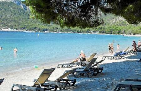 Die Pinien sorgen für (kostenlosen) Schatten, an manchen Strandabschnitten fast über die gesamte Breite.