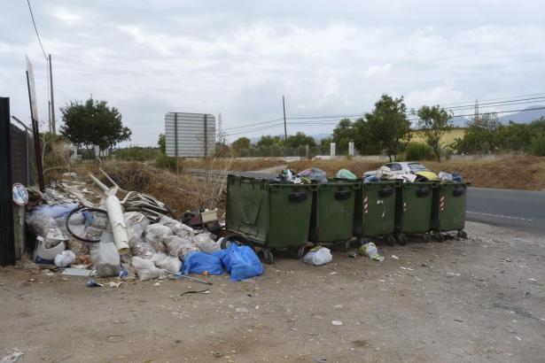 Müllcontainer am Ortsausgang von Inca. Jemand hat auch illegal Bauschutt abgekippt.