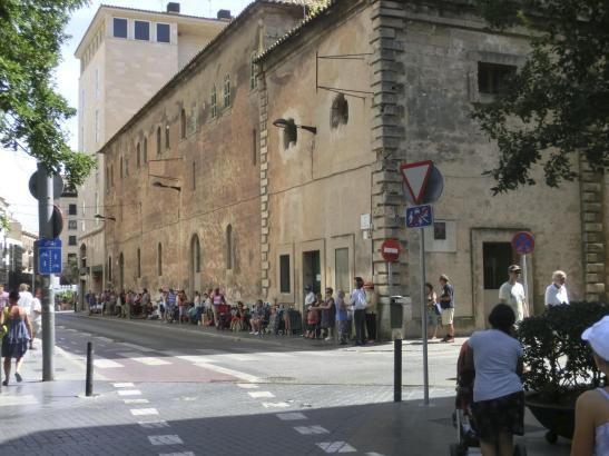 Warteschlange vor der Kirche des Kapuzinerordens an der Plaça d'Espanya in Palma.
