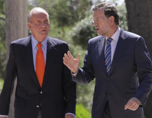 König Juan Carlos und Regierungschef Mariano Rajoy im Garten des Marivent-Palastes.