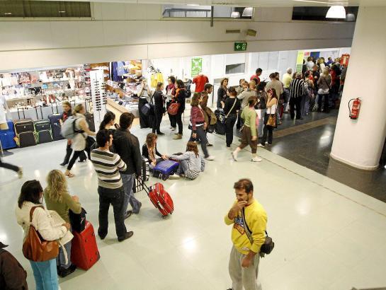 Verspätet sich der Start um mehrere Stunden, haben Passagiere Anspruch auf Betreuung oder Entschädigung.