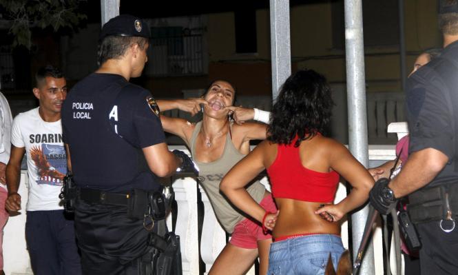 Die Hütchenspieler-Bande wurde von der Polizeiaktion überrascht. Diese Frau reagierte ungehalten.