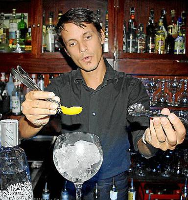 Bruno Landin vom Ginbo versprüht das Aroma der Zitrusfrüchte erst im letzten Moment im Glas.