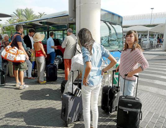 Manchmal sind die Busse vom Airport in die Stadt oder zur Hotelmeile recht voll.