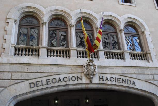 Die Regionalregierung rechnet mit sinkenden Einnahmen. Im Bild der Sitz des Finanzamtes auf Mallorca.