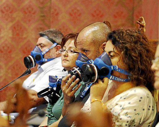 Abgeordnete der Opposition kamen mit Gasmasken zur Sitzung des Inselrats.