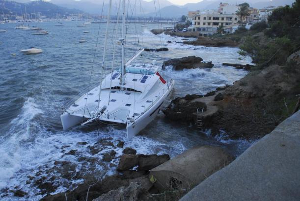 Der gegen die Felsen geschleuderte Katamaran in Port d'Andratx.