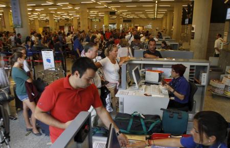 Noch sind Festlandsflüge mit viel Papierkram verbunden, wenn man den Residenten-Rabatt in Anspruch nehmen möchte.
