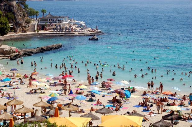Am Strand von Illetes sind gerade im Sommer Parkplätze rar und kostenpflichtig.