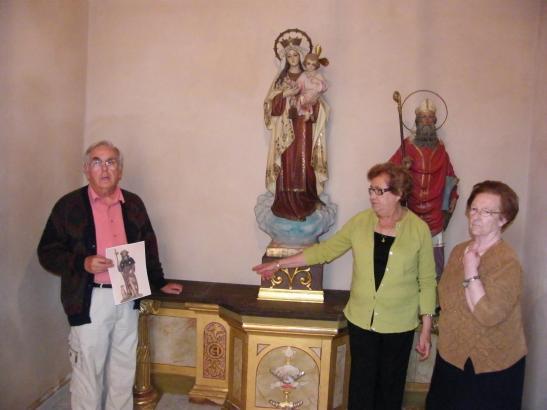 Drei Gläubige aus Cas Concos am nun leeren Platz des Heiligen Rochus.