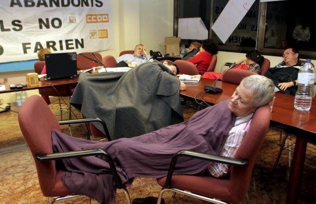 Protestierende Senioren kampieren die Nacht über in der Gesundheitsbehörde.