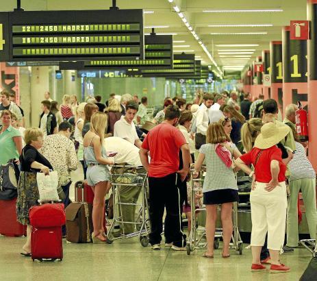 Menschenmassen im Ankunftsbereich des Airports von Palma.
