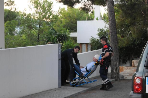 Sanitäter verarzten das Opfer.