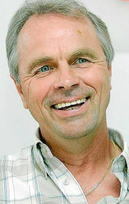 Der heute 64 Jahre alte Bernard Dietz war in seiner aktiven Profi-Karriere Abwehrspieler beim MSV Duisburg und auf Schalke. Er a