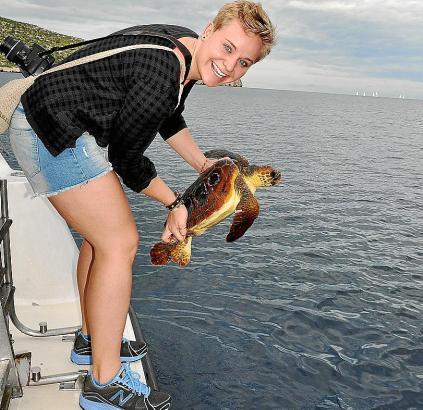 Luisa Wolters, Projektleiterin der Hochschule Harz, lässt eine aufgepäppelte Schildkrötewieder zu Wasser.