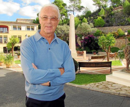 Franz Beckenbauer im Innenhof des Dorint-Hotels in Camp de Mar.