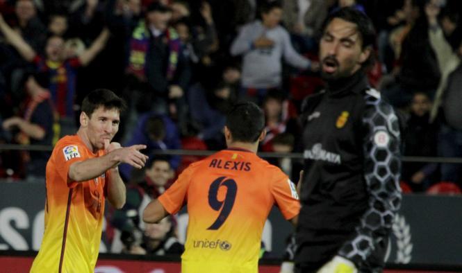 """Zwei Mal erfolgreich: Lionel Messi feiert mit dem """"Daumenlutscher"""" des frisch gebackenen Vaters."""