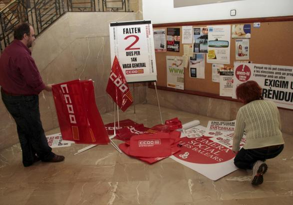 Am Sitz der Gewerkschaft Comisiones Obreras werden die Fahnen für die Protestmärsche vorbereitet.