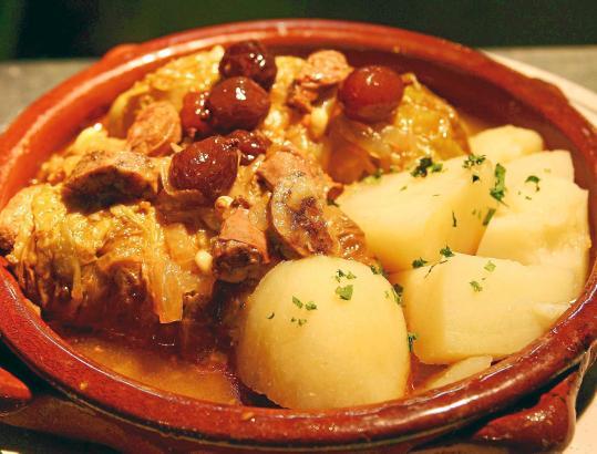 """Ein Klassiker der mallorquinischen Küche: Das traditionelle """"lomo con col"""" - die in Kohl eingewickelte Schweinelende."""