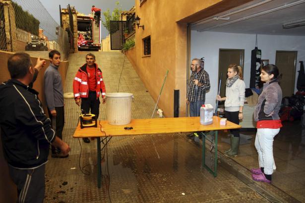 Nach dem Abpumpen des Wassers aus einer Garage in Bunyola.