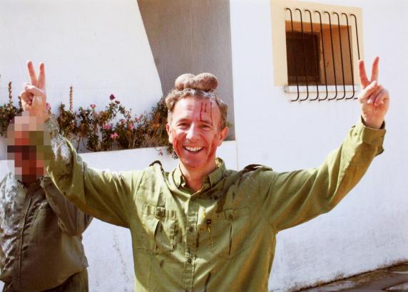 Carlos Delgado, derzeit balearischer Tourismusminister posiert mit den Hoden des gejagten Hirsches auf dem Kopf.