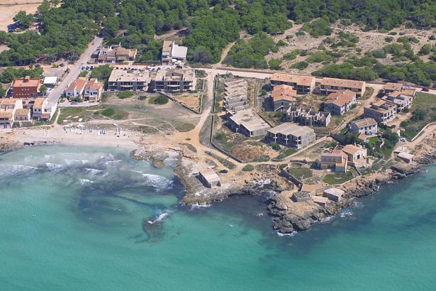 Die Bauruinen von Ses Covetes am Es-Trenc-Strand, rechts von der Bildmitte.