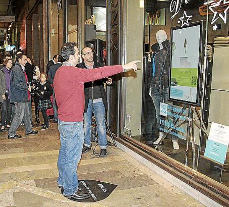 Virutelles Anziehen: Ein Kunde vor dem Prototypen des interaktiven Schaufensters in der Calle Jaime III.