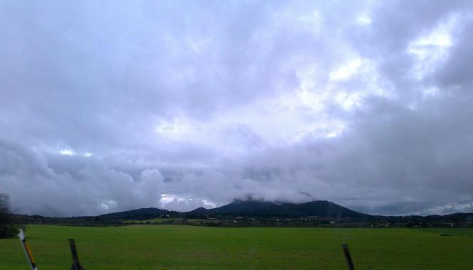 Mallorca unter Regen. Die Hügel bei Vilafranca de Bonany.